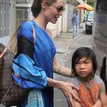 Angelina Jolie mit ihrem Adoptivsohn Pax in Vietnam.