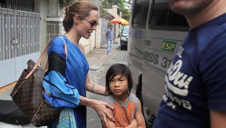 Angelia Jolie besucht mit ihrem Sohn Pax dessen Heimatland Vietnam.