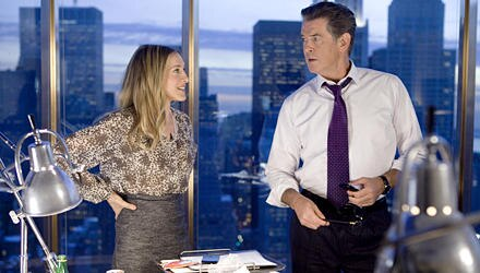 """Ab dem 17. November in den deutschen Kinos: Sarah Jessica Parker und Pierce Brosnan als Arbeitskollegen in """"Der ganz normale Wah"""