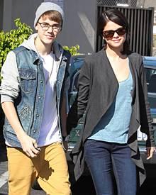 Justin Bieber und Selena Gomez am Montag (21. November) in Los Angeles. Sie lächeln die Gerüchte gemeinsam weg.