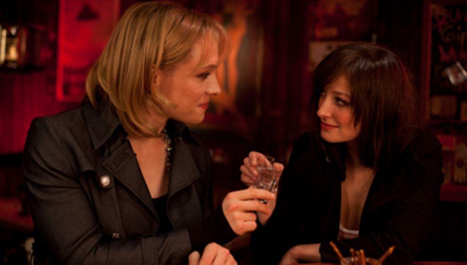 """Das Chaos ist perfekt, als sich """"Alexandra"""" (Matthias Schweighöfer) in Kollegin Sarah (Alexandra Maria Lara) verliebt."""