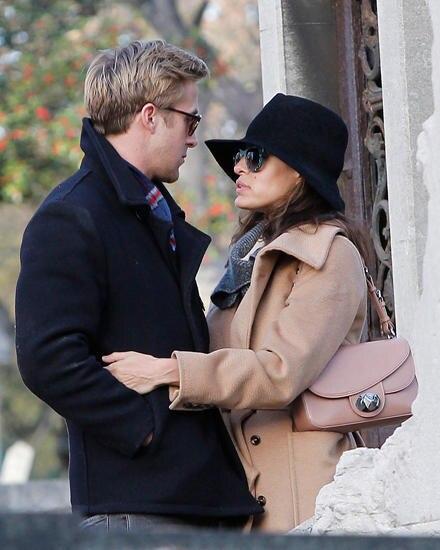 Eva Mendes und Ryan Gosling kuscheln auf dem Pariser Pere Lachaise Friedhof. Bestätigt wurde die Beziehung der beiden Schauspiel