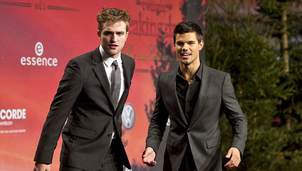 """In """"Breaking Dawn"""" zieht Jacob (Lautner) den Kürzeren gegen Vorzeige-Vampir Edward (Robert Pattinson, l.). Ganz anders im wahren"""