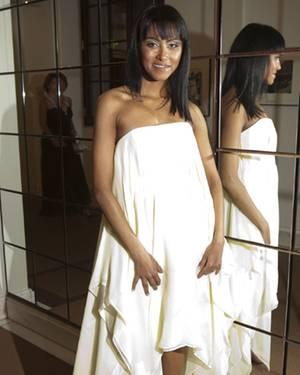 Sabrina Setlur erscheint zu dem Event in einem zarten weißen Kleid. Man sieht ihr an, wie glücklich sie mit ihrem Leben ist.