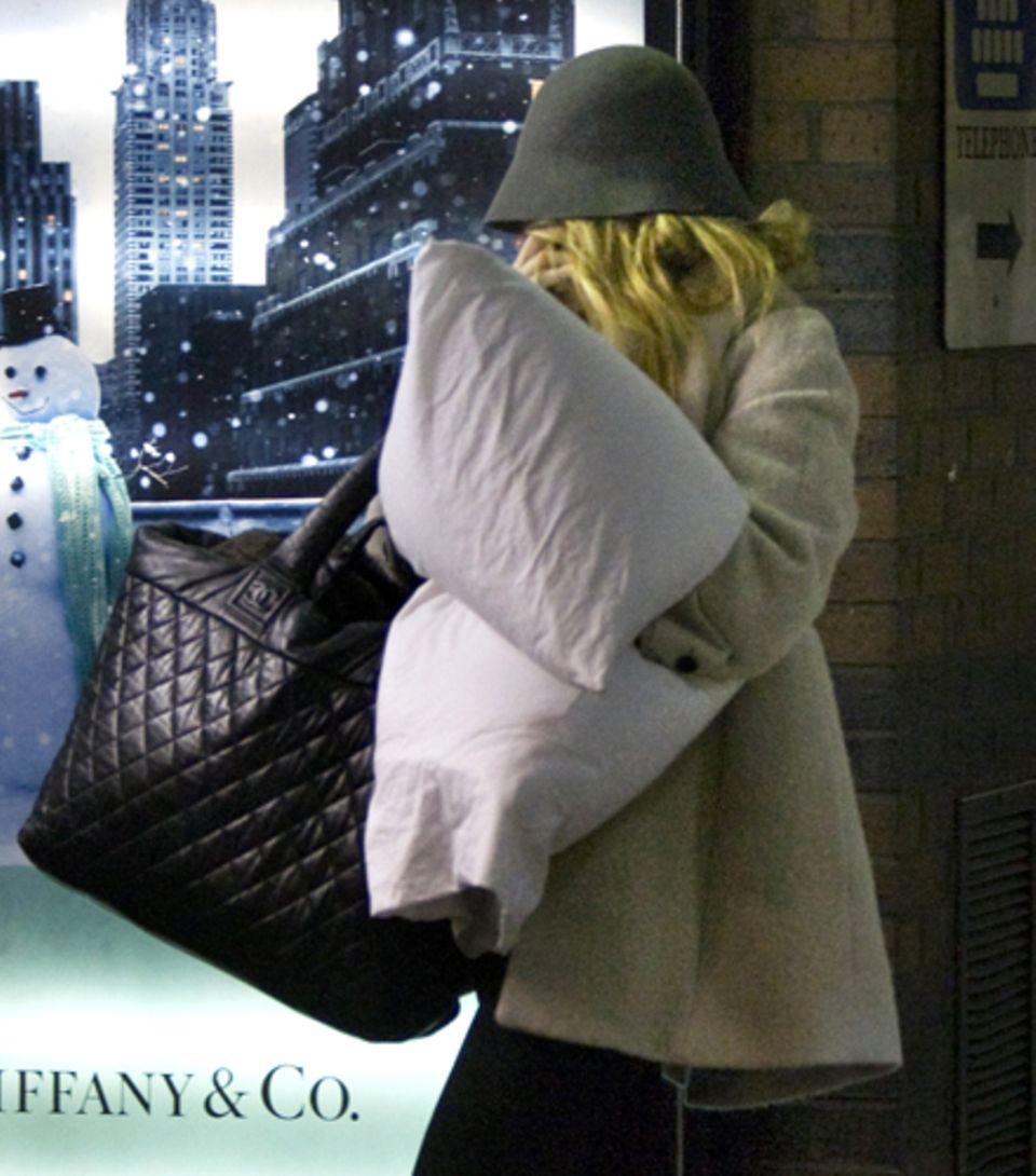 Gut getarnt, aber dennoch erkannt: Blake Lively am Bahnhof nach ihrem Wochenende mit Ryan Reynolds.