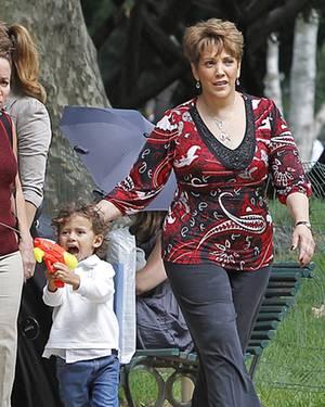 Jennifers Mom Guadalupe, hier mit Max, hält nichts von Casper, und sie will nicht, dass ihre Enkel sich an ihn gewöhnen.