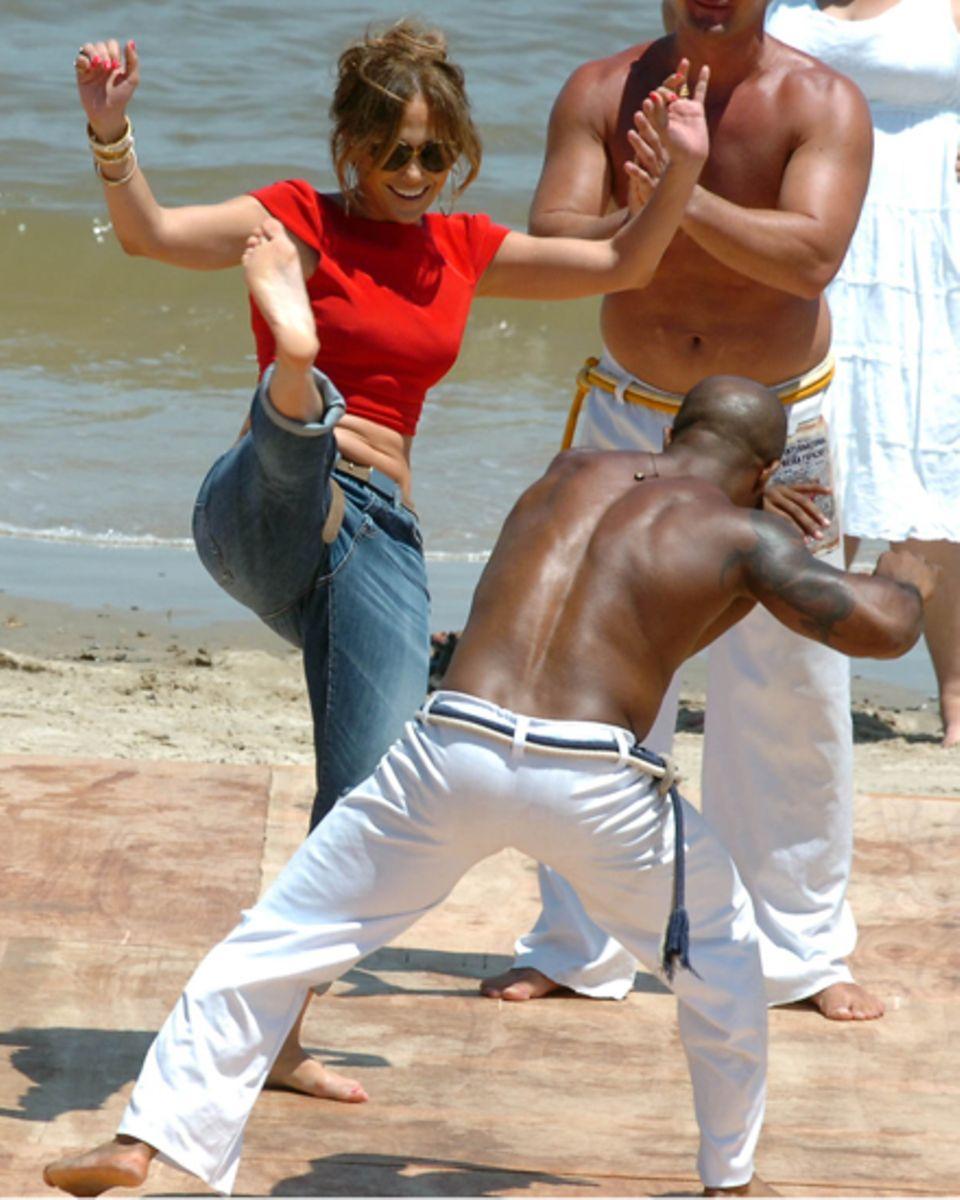 """Im sogenannten """"Roda"""" tritt Jennifer Lopez am Strand in Urugay gegen einen weiteren Capoerista an."""
