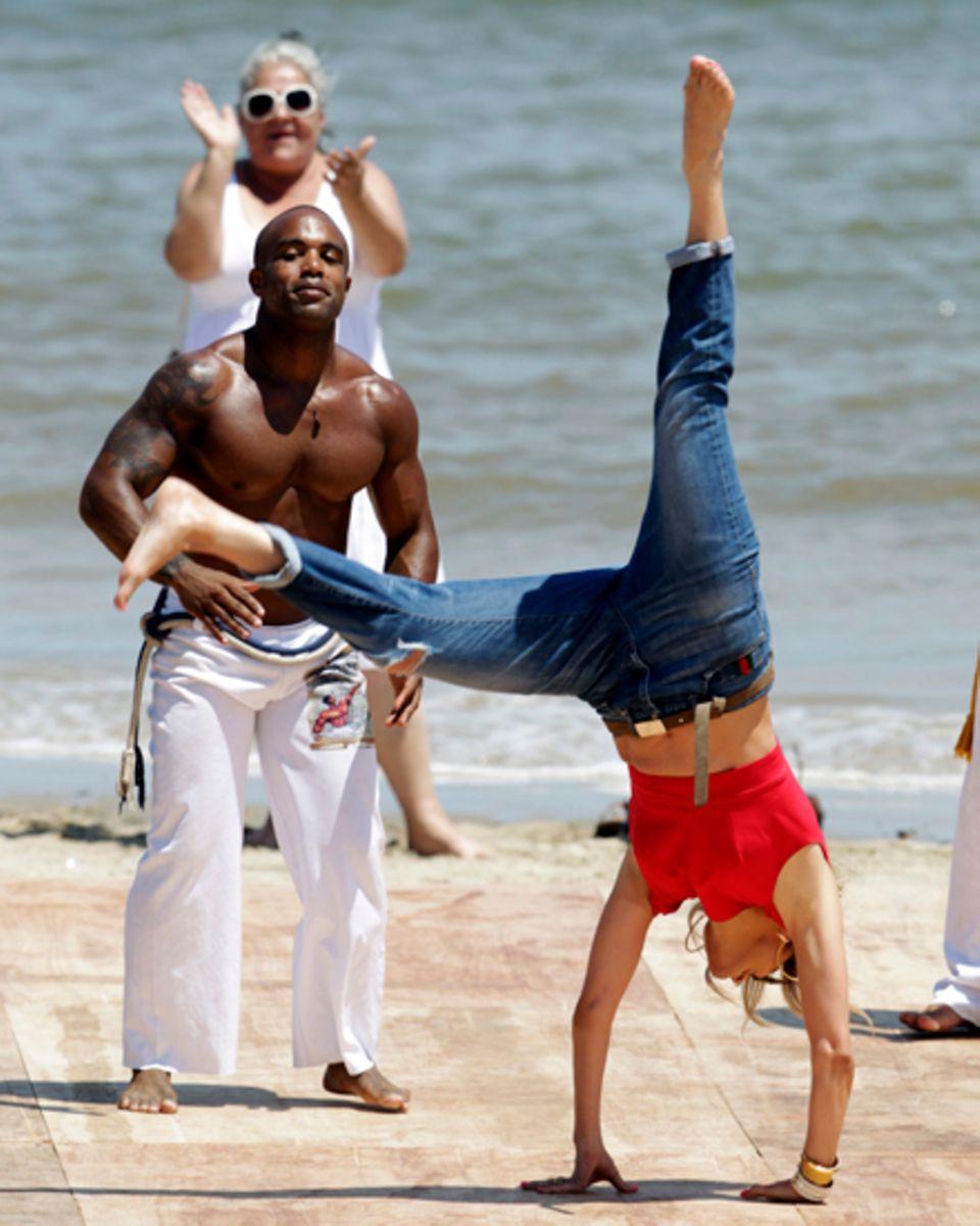 In sportlich-lässiger Kleidung stellt J.Lo ihren tollen Körper und tänzerisches Talent unter Beweis.