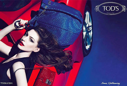 Mit Anne Hathaway wirbt Tod's nun etwas provokativer als üblich für ihre neue Taschen-Signature-Kollektion. Die Shopper und klei
