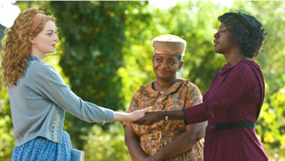 Skeeter (Emma Stone) freundet sich mit den Haushaltshilfen Aibileen (Viola Davis) und Minny (Octavia Spencer) an.