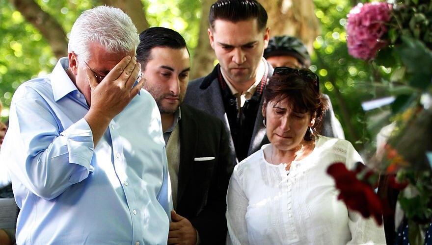 Der Schock sitzt tief: Vater Mitch, Bruder Alex und Mutter Janis (v. l.) zwei Tage nach dem Tod vor Amys Haus in London. Im Hint