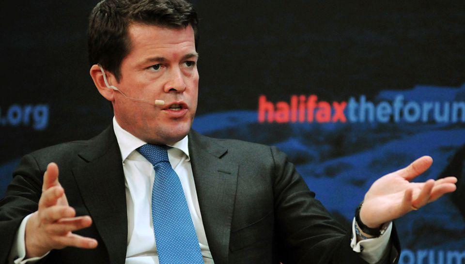 Bei einer Podiumsdiskussion im kanadischen Halifax meldete sich Karl-Theodor zu Guttenberg, 40, im November zurück - neun Monate