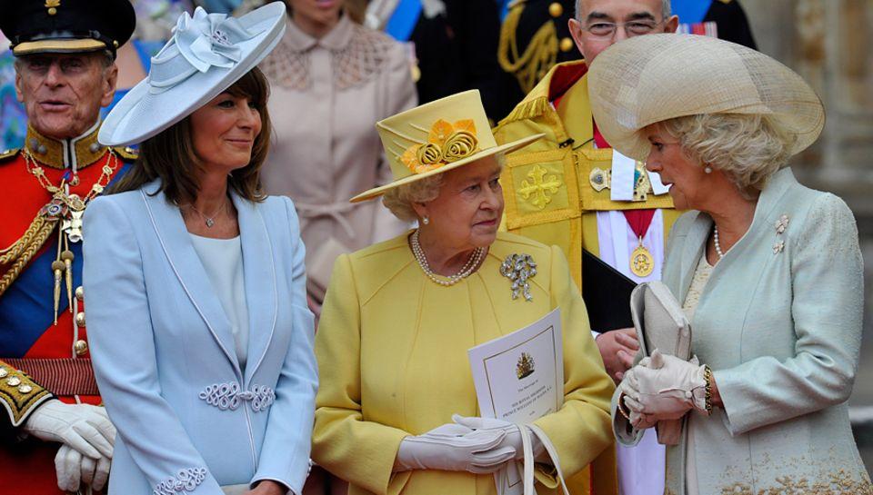 Die bürgerliche Brautmutter Carole Middleton Seite an Seite mit der Queen                                     und Camilla (v. l.).