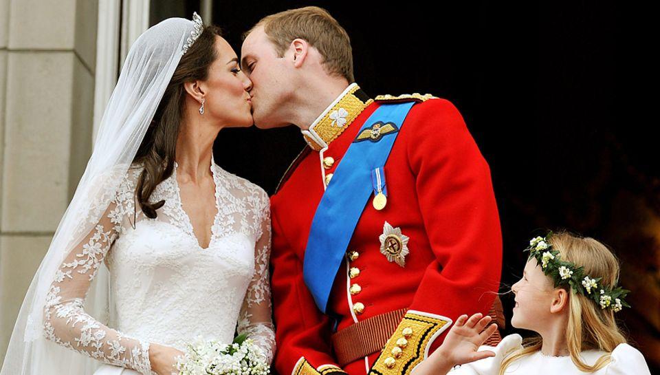 """""""Küsst euch, küsst euch!"""", riefen die Schaulustigen unter dem Balkon von Buckingham Palace - und Kate und William taten es. Den"""