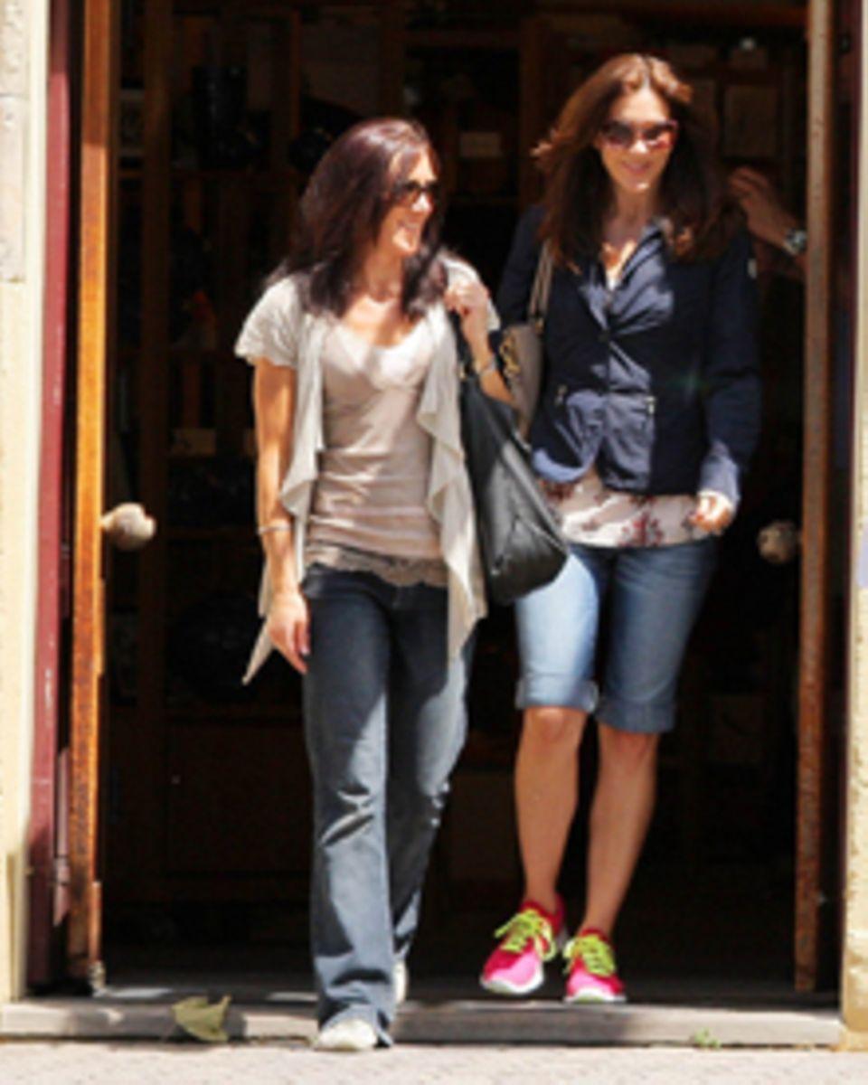 Zum Verwechseln ähnlich: Mary und ihre Schwester Patricia Bailey spazieren durch die Stadt.