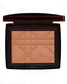 """Zum auffrischen von Charlize Therons Teint, trägt ihr Visagist Shane Paish das """"Bronze Original Tan""""-Puder von Dior auf. Für Cha"""