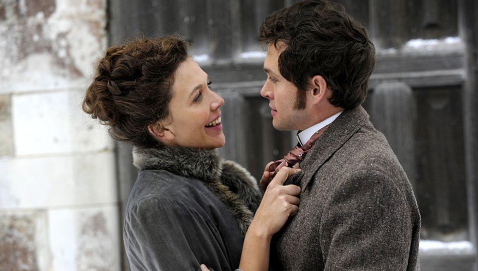 """Der junge Arzt Mortimer (Hugh Dancy) behandelt """"hysterische"""" Frauen, indem er ihren Intimbereich massiert. Bald stehen die Damen"""