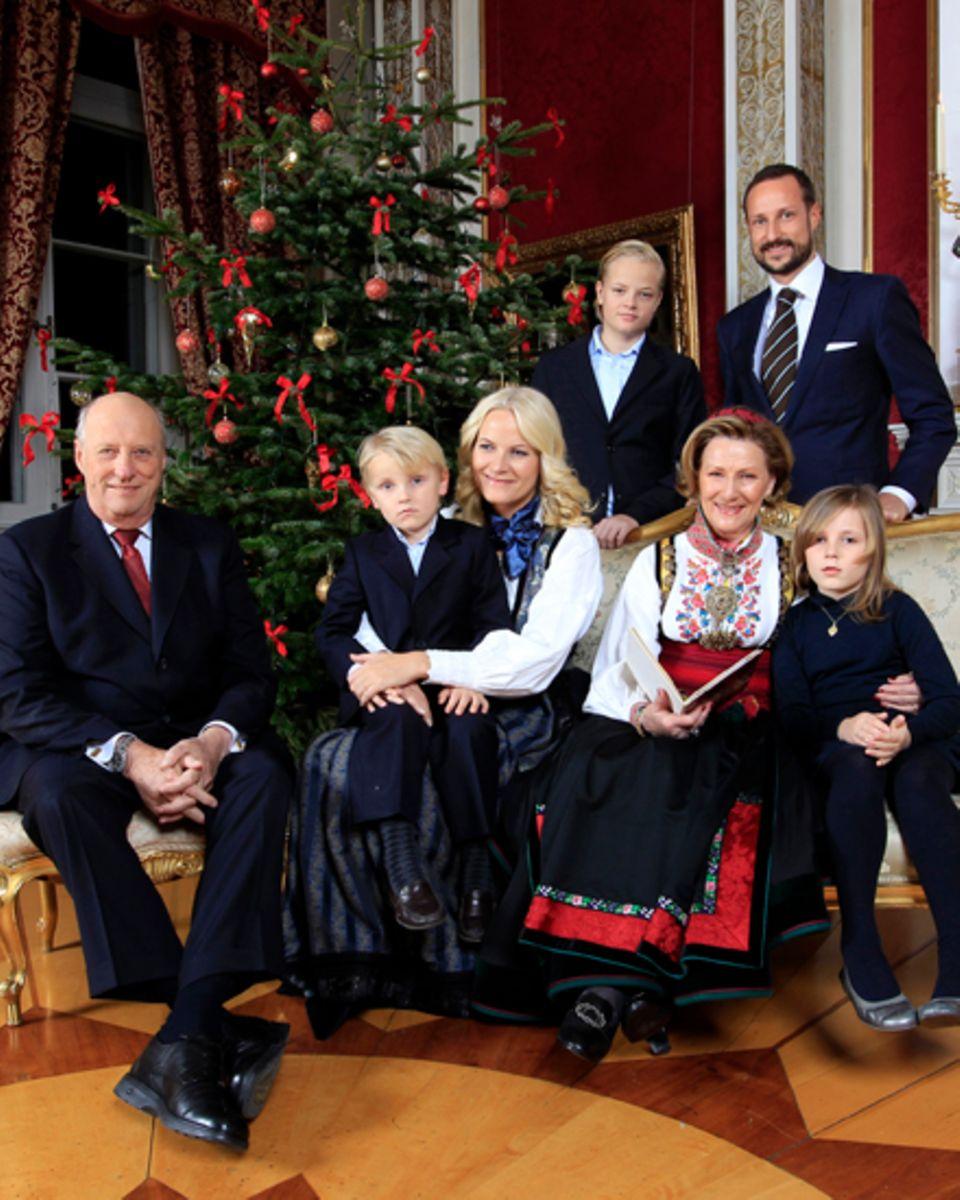 Zusammen mit den Großeltern, König Harald und Königin Sonja, posieren Kronprinz Haakon und seine Frau Mette-Marit mit den drei g