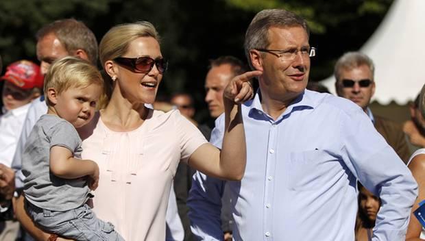 Moderne Zeiten: Als Patchwork-Familie brachten die Wulffs, hier mit dem gemeinsamen Sohn Linus, frischen Wind nach Berlin.