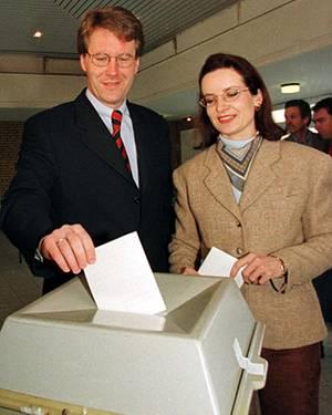 Wie ein anderer Mensch wirkte Christian Wulff früher, hier 1998 mit seiner ersten Frau Christiane. Seriös, aber auch langweilig