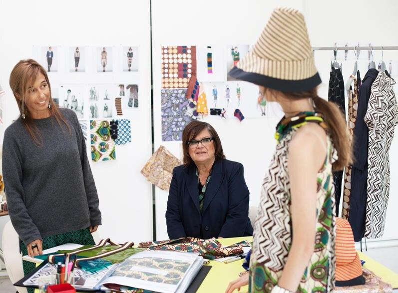 Marni-Gründerin Consuelo Castiglioni (l.) und Margareta van den Bosch, Kreativberaterin von H&M begutachten die ersten Entwürfe
