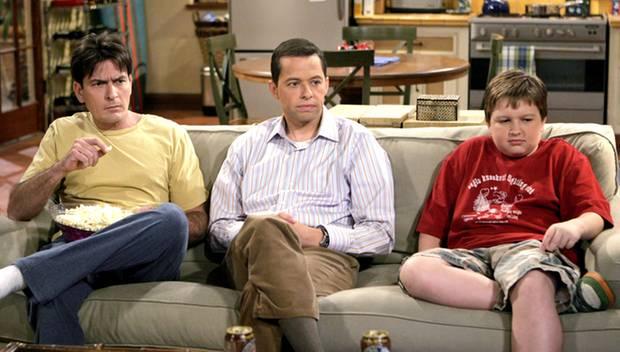 Eine schreckliche, aber manchmal nette Familie: Charlie Sheen mit Serienbruder Alan (Jon Cryer) und Serienneffe Jake (Angus T. J