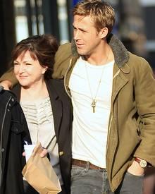 Ryan Gosling schlendert mit seiner Mutter Donna am Neujahrstag durch New York.