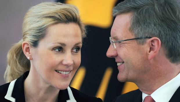 Ex-PR-Lady Bettina Wulff steht ihrem Ehemann Christian entschlossen zur Seite, wie hier beim Empfang der Sternsinger auf Schloss