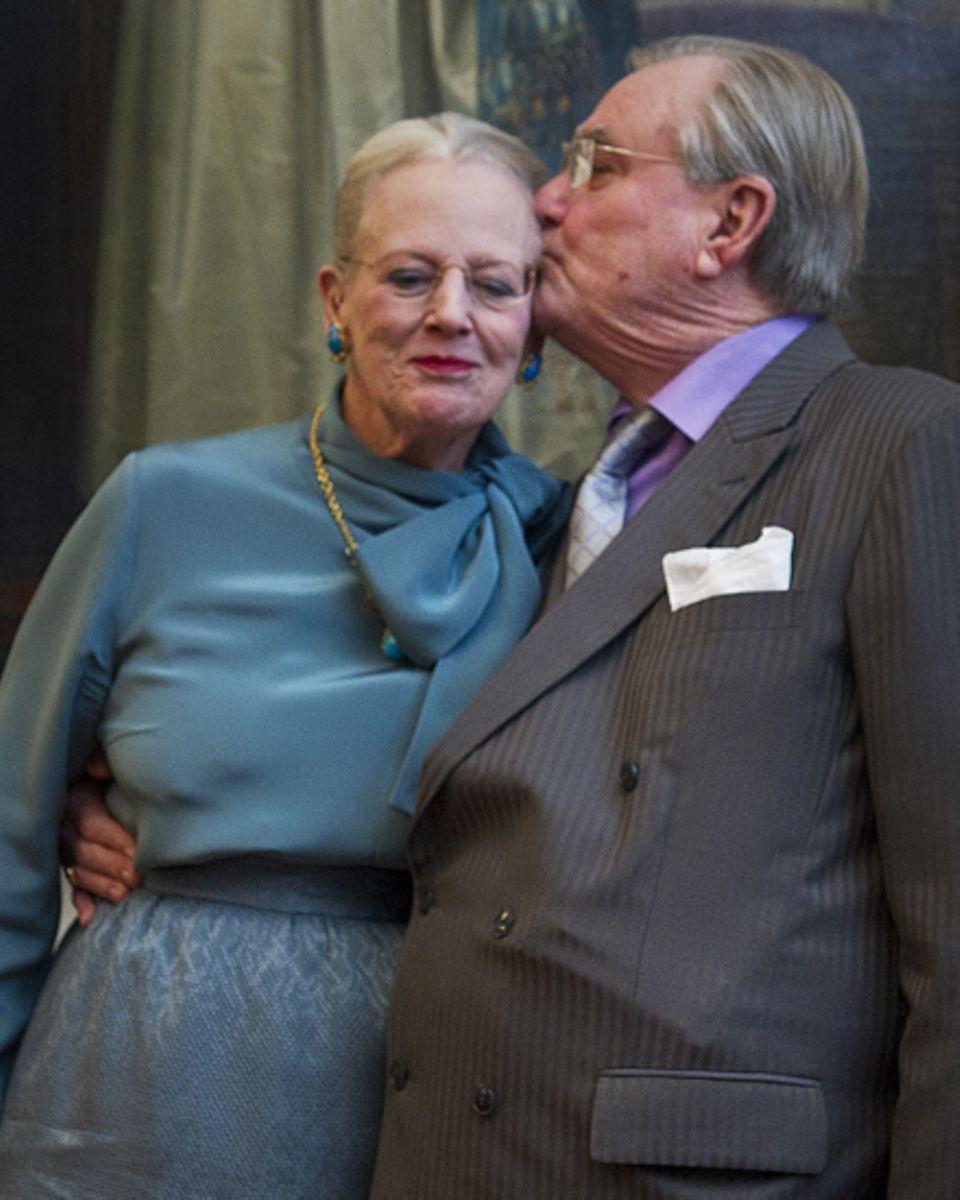 """Ein Kuss für """"Daisy"""":Prinz Henrik küsst seine Frau herzlich auf die Wange. Die beiden sind seit 45 Jahren verheiratet und wirken"""