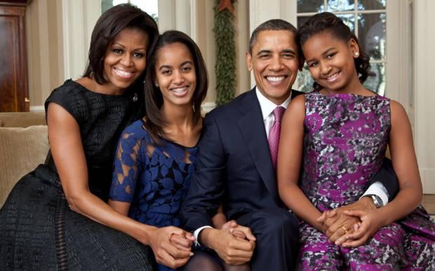 Michelle Obama mit Barack und ihren beiden Töchtern Sasha und Malia beim offiziellen Weihnachtsportait im Oval Office.