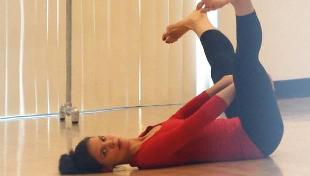 Katie Holmes dehnt sich bevor sie wie eine Primaballerina durch das Tanzstudio in Hollywood hüpft.