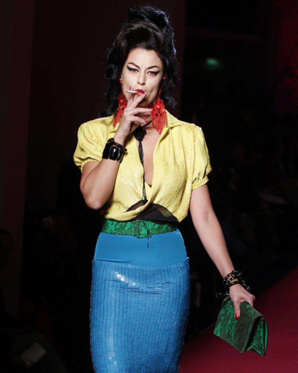 Jean Paul Gaultier schickt rauchende Amy Winehouse-Doubles auf den Laufsteg.