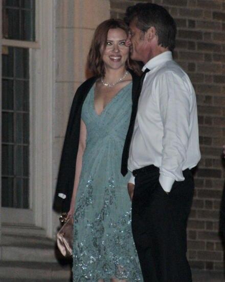 Mit dem Womanizer Sean Penn war Scarlett 2011 fünf Monate liiert; im Juni trennten sie sich. Sie habe geklammert, hieß es aus se