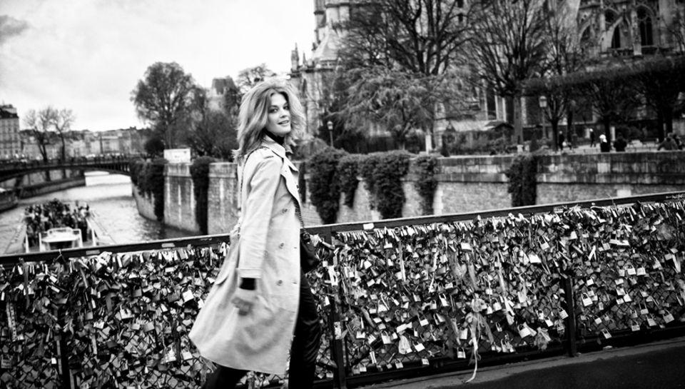 """Auf immer und ewig. Eine der schönsten kleinen Seine-Brücken: die Pont de l ?Archevêché zu Füßen von Notre Dame. Marie Bäumer:""""W"""