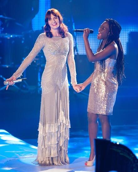 """Florence Welch und Ivy Quainoo gaben beim Finale von """"The Voice"""" den Song """"Shake it out"""" zum Besten."""