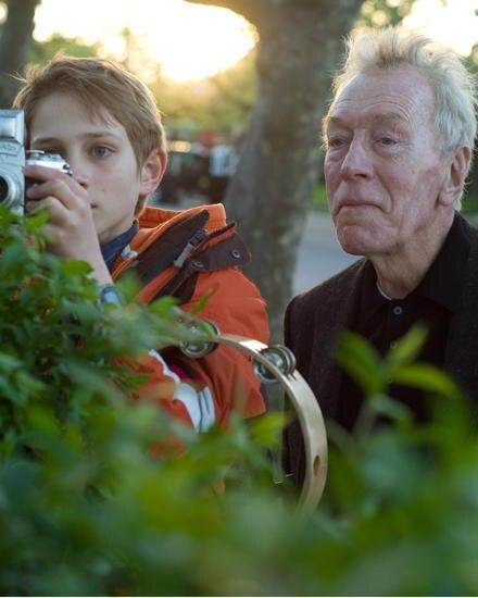 Oskar (Thomas Horn) glaubt, dass der stumme alte Herr (Max von Sydow) sein Großvater sein könnte.