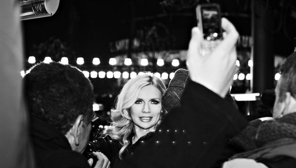 Es ist eiskalt, aber Veronica Ferres, ganz Profi, lächelt die Minusgrade bei der Eröffnung vorm Berlinale-Palast einfach weg.