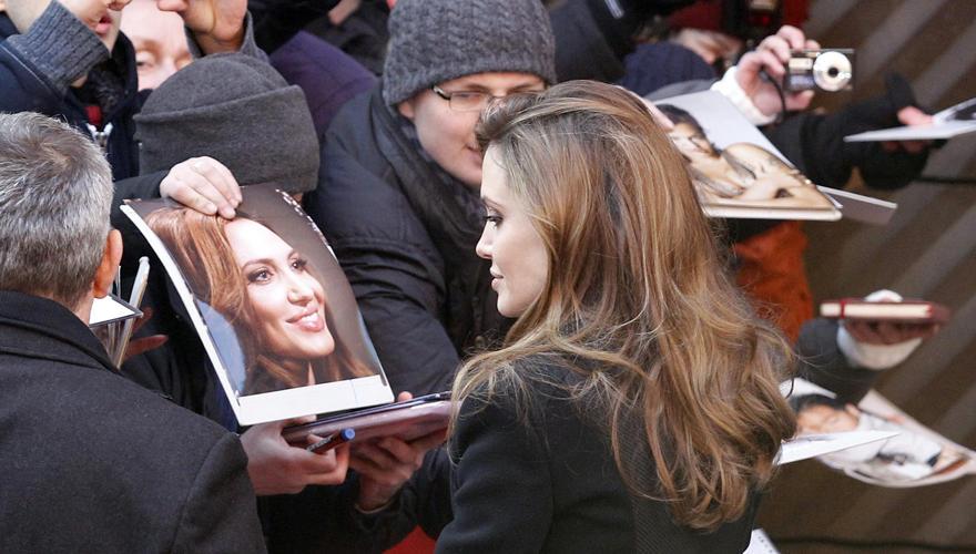 """""""Ein Foto!"""" - """"Eine Unterschrift!"""" Hunderte Fans warteten auf Angelina. Am Potsdamer Platz gibt Angelina nach ihrer Pressekonfer"""