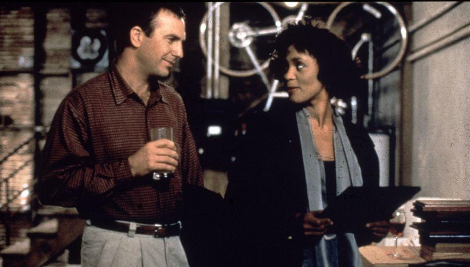 """Einer der Höhepunkte ihrer Karriere: In """"Bodyguard"""" spielte Whitney eine Sängerin, die sich in ihren Leibwächter (Kevin Costner)"""