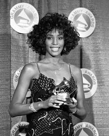 Whitney im März 1988 posiert bei der 30sten Grammy Verleihung mit ihrem Grammy als beste Sängerin.
