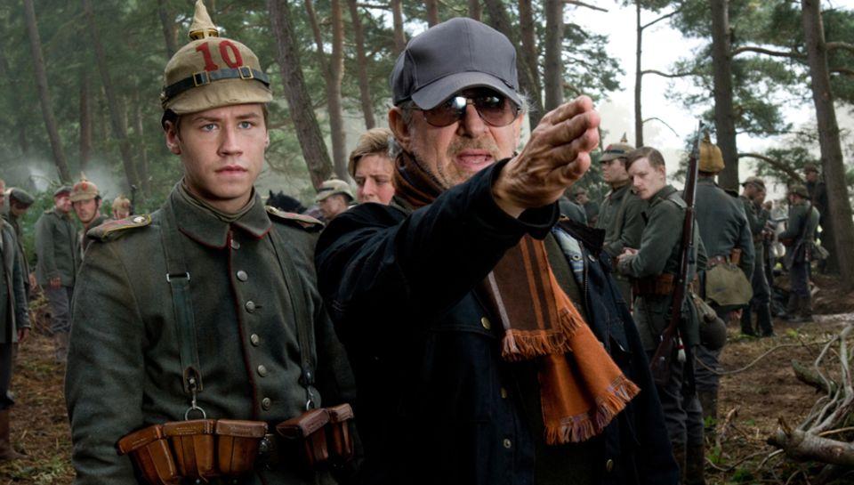 """Steven Spielberg (r.) und Kross am Set von """"Gefährten"""".  """"Ich suche immer nach Unschuld und Echtheit. Und nach Authentizität. Als"""
