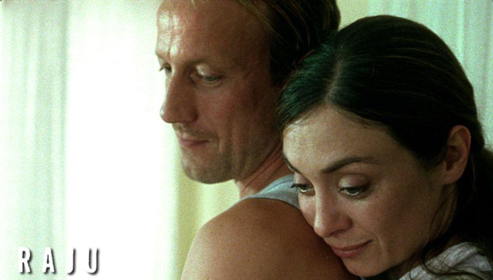 """Wotan Wilke Möhring und Julia Richter im Film """"Raju"""" von Regisseur Max Zähle."""