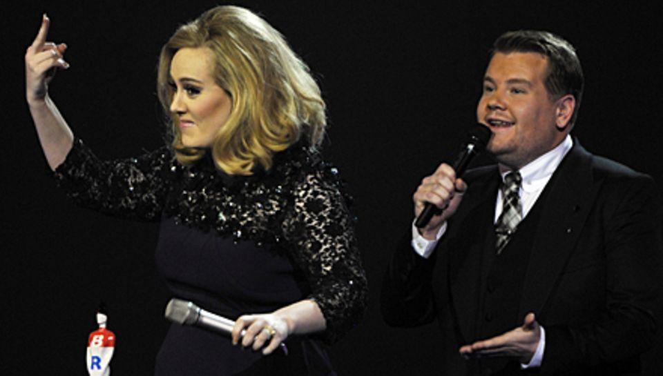 Wütend über die Unterbrechung von Moderator James Corden zeigt Adele ihren Mittelfinger