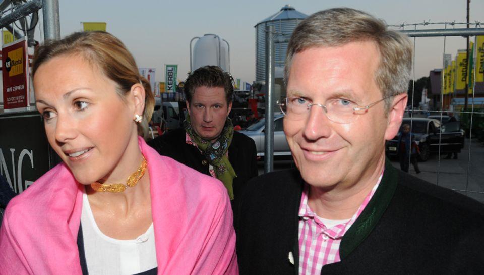 Der Mann im Hintergrund:Bettina und Christian Wulff mit Groenewold auf dem Oktoberfest 2008. Der Filmfinanzier hatte das Ehepaar