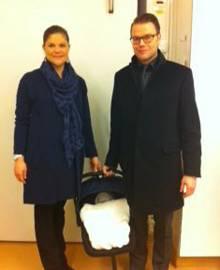 Wenige Stunden nach der Geburt fahren Victoria und Daniel zusammen mit ihrer kleinen Tochter nach Hause.