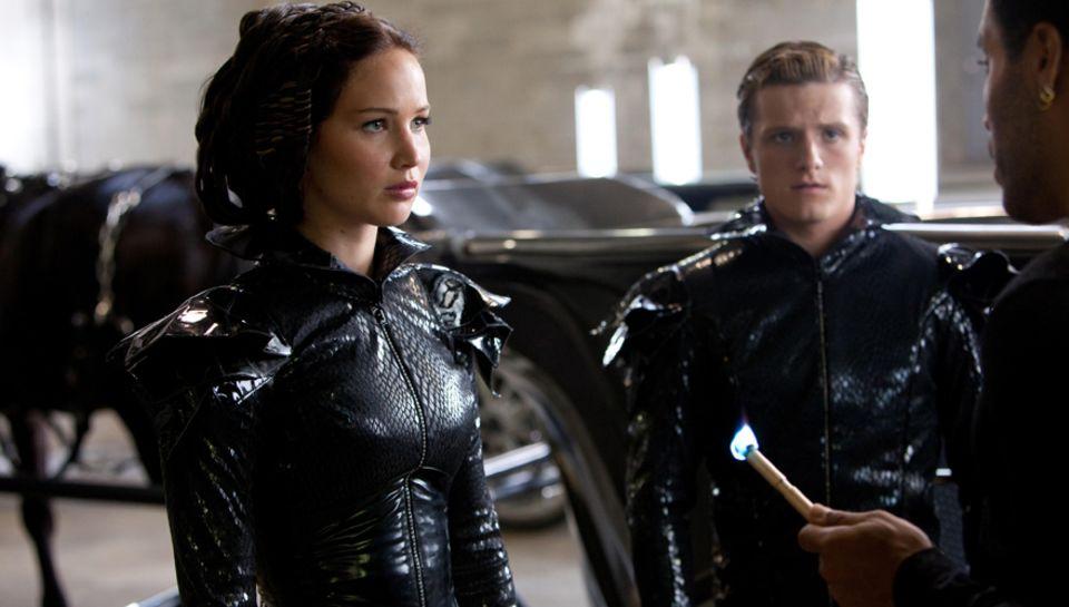 """Kurz vor dem Start der """"Hungerspiele"""" erhalten Katniss und Peeta (Josh Hutcherson) letzte Anweisungen - bevor ihr Kampf um Leben"""
