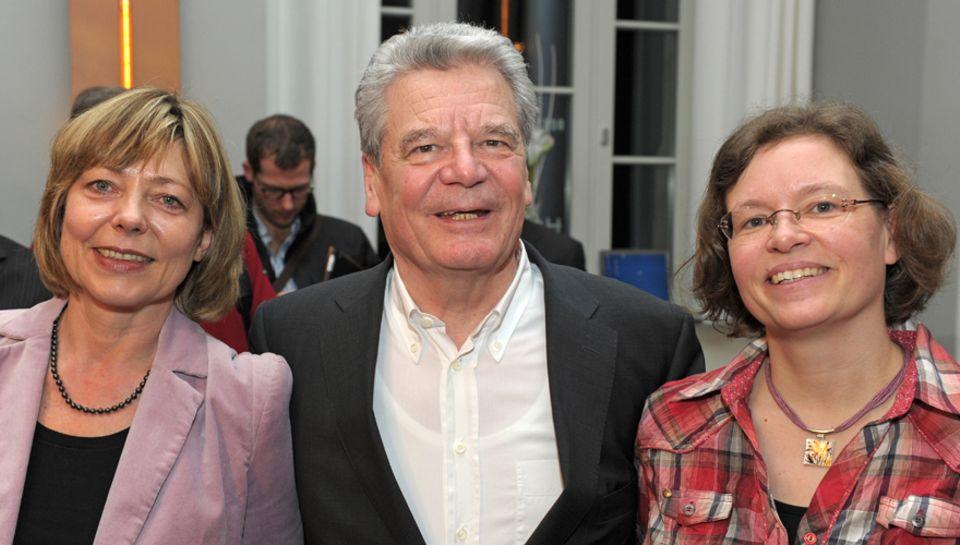 Daniela Schadt und Joachim Gauck mit seiner Tochter Gesine Lange, 45.
