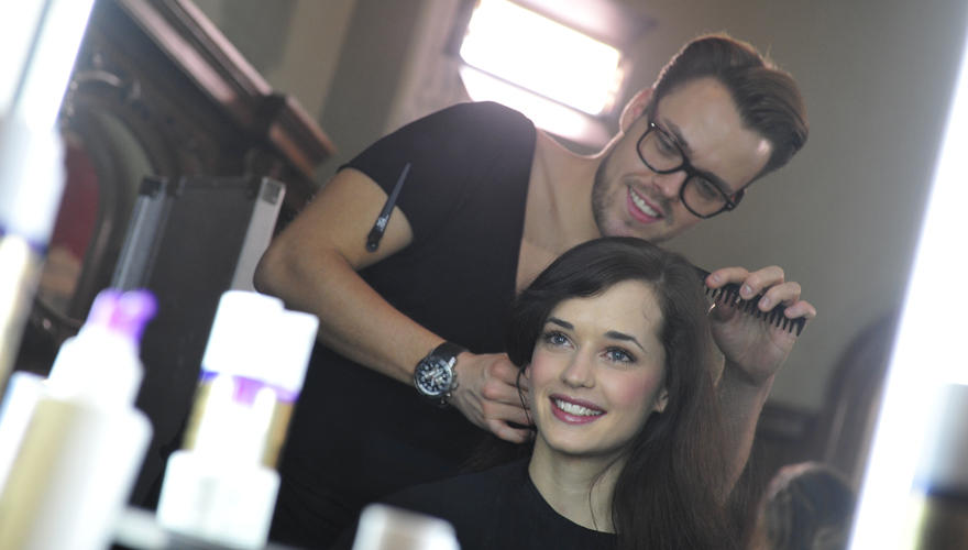 An der Beautystation: Sitzen die Haare? Kandidatin Lisa wird für das glamouröse Gruppenfoto frisiert.