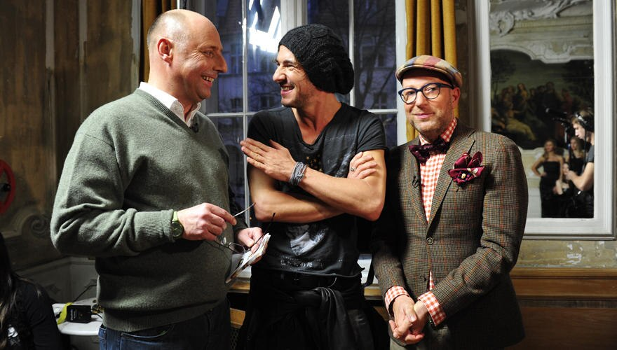 GALA-Chefredakteur Peter Lewandowski berät sich mit den GNTM-Juroren Thomas Hayo und Thomas Rath (v. l.)