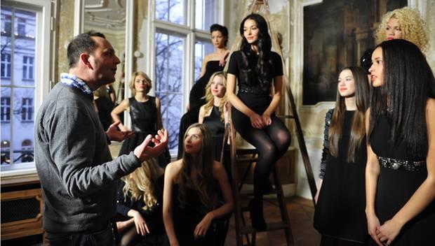 Fotograf Oliver Mark erklärt, wie das Shooting ablaufen wird. Luisa, Franziska, Melek, Annabelle, Sabine, Anelia, Inga, Dominiqu